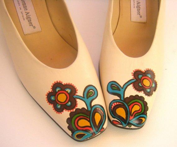Взуття, яке розписане акрилом