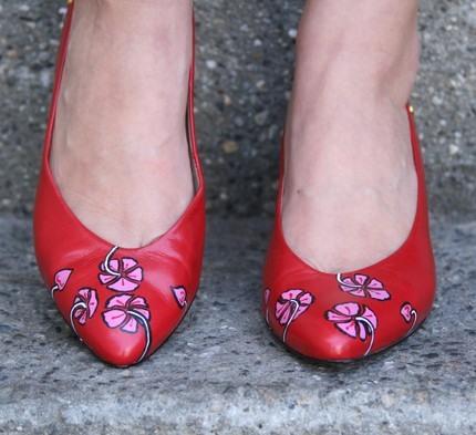 Прекрасне взуття розписане акриловою фарбою