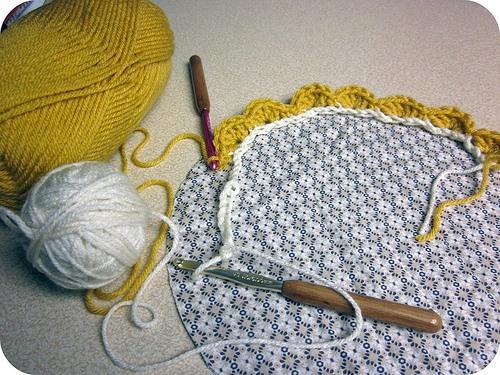 Подушка, обв'язана гачком, з ґудзиком в центрі