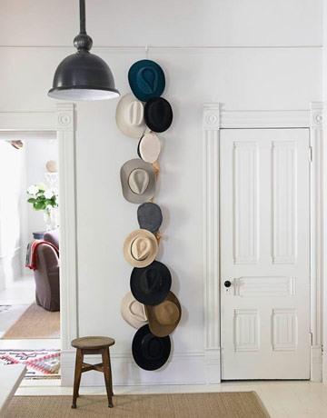 Декорування стін з капелюхів