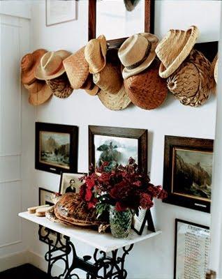 Декор для стін з капелюхів