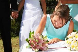 Дружка допомагає нареченій