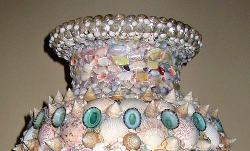 Керамічна ваза, декорована мушлями