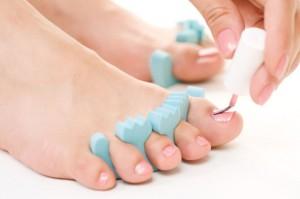 Нанесення лаку на нігті ніг