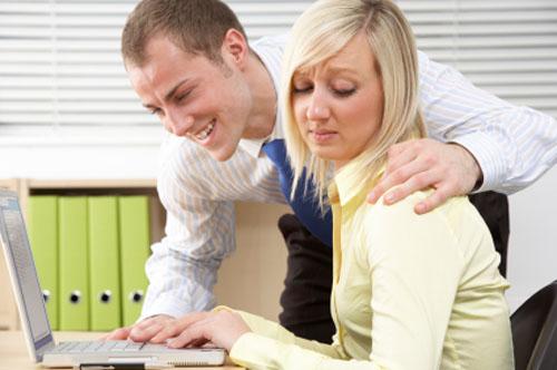 Що робити, якщо шеф з Вами фліртує?