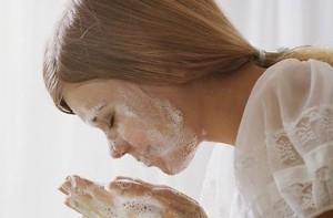 Умивання обличчя милом