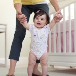 Як навчити дитину ходити?